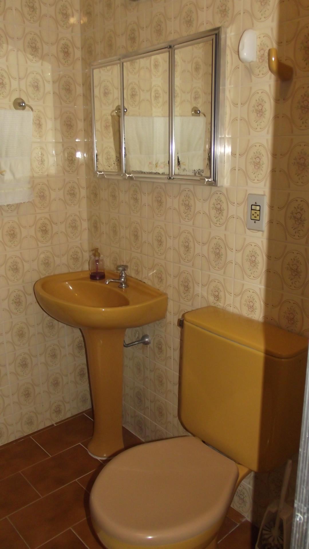 box do mesmo banheiro pastilhas na faixa do chuveiro e no nicho #44230D 1080x1920 Banheiro Com Vaso Sanitario Azul