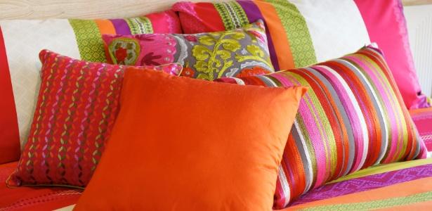 almofadas-coloridas-na-cama-1338405346768_615x300