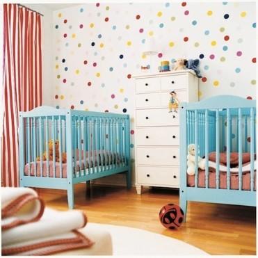quarto-bebe-gemeos-com-bolinhas-coloridas (1)