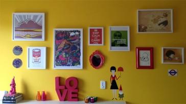 parede-amarela-com-quadros