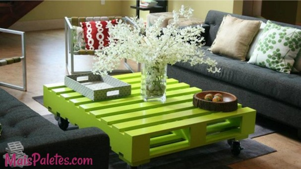 pallet-como-mesa-de-sala-colorida-4