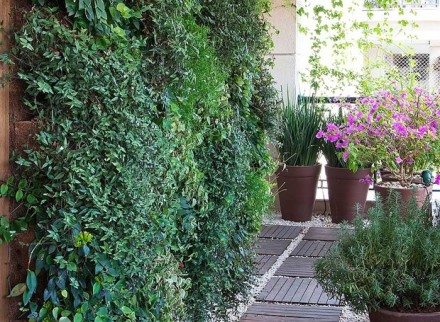 jardim-vertical-suspenso-paisagista-roberto-riscala-painel-de-madeira-pinus