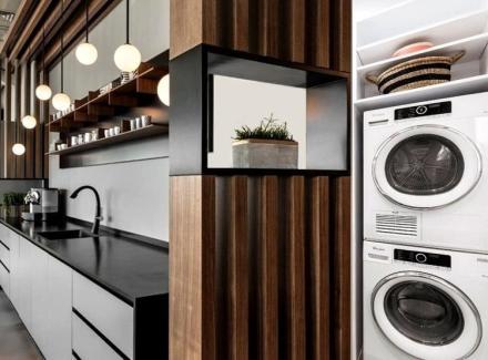 nao-e-porque-compartilham-da-luz-natural-e-da-ventilacao-que-cozinha-e-lavanderia-nao-merecem-ter-seu-espaco-proprio-aqui-como-as-duas-sao-integradas-e-formam-juntas-um-corredor-o-meio-encontrado-154