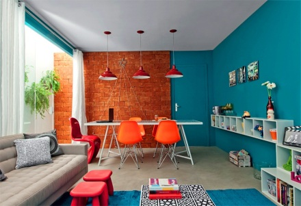 sala-colorida-tijolinhos-parede-azul-decoracao