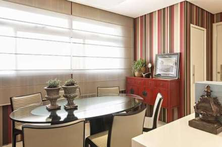 sala-de-jantar-com-papel-de-parede-para-sala-listrado-seguindo-a-paleta-do-ambiente-projeto-de-glaucia-britto